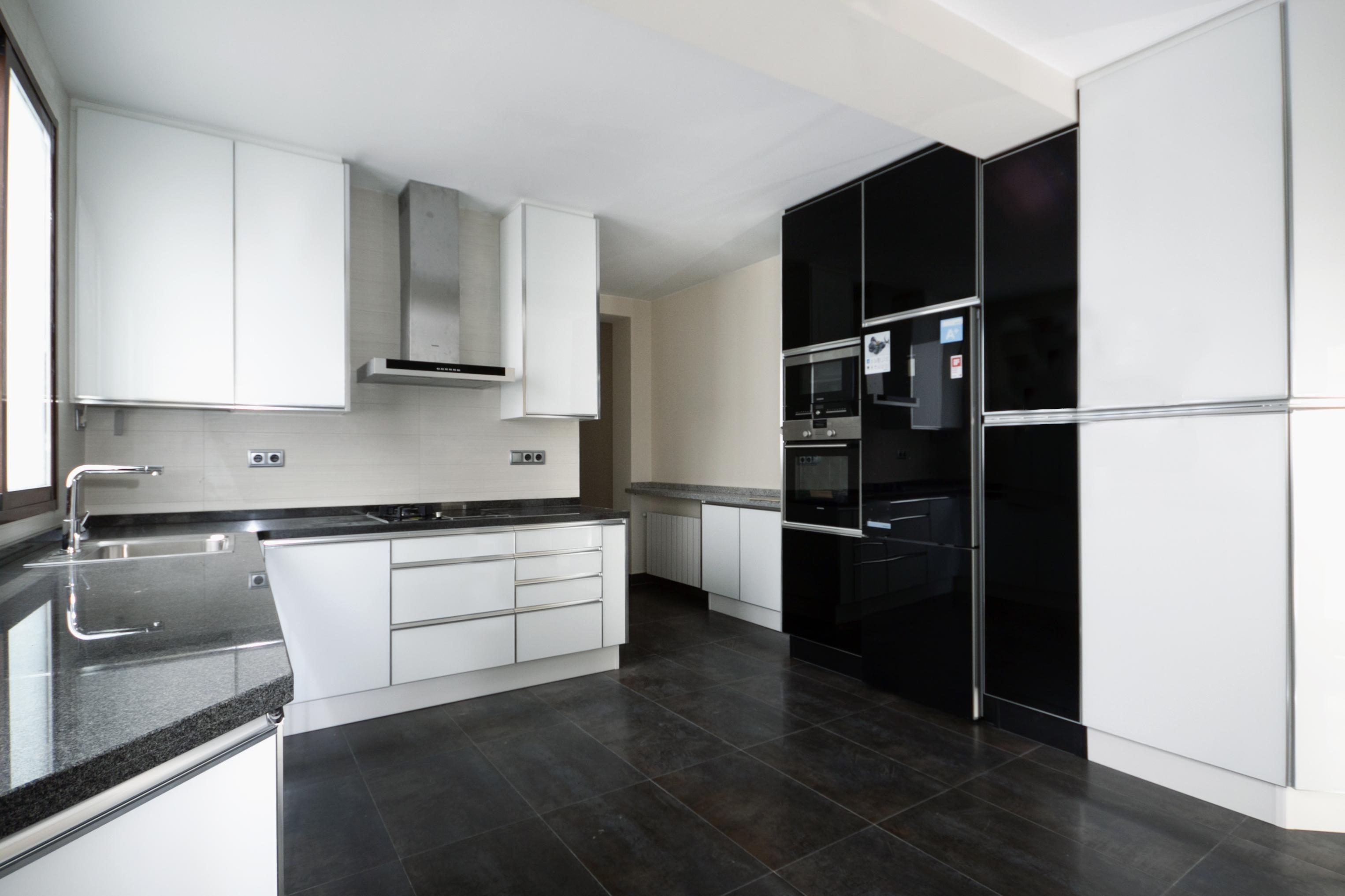 Cocinas con puertas de cristal cocina cerrada con puertas correderas de cristal cristal de - Puerta cristal cocina ...
