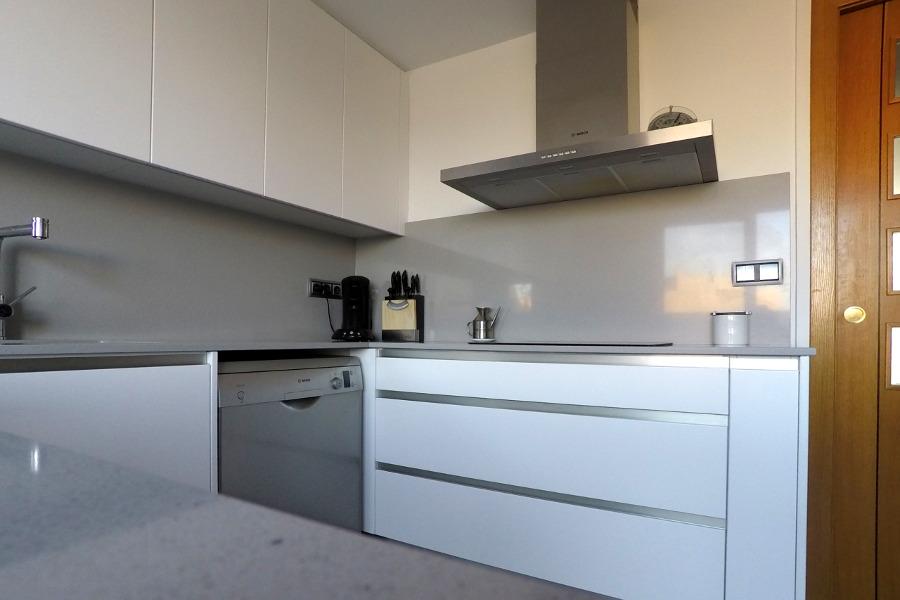 Cocina blanco mate y fresno mudeyba - Cocinas con electrodomesticos blancos ...