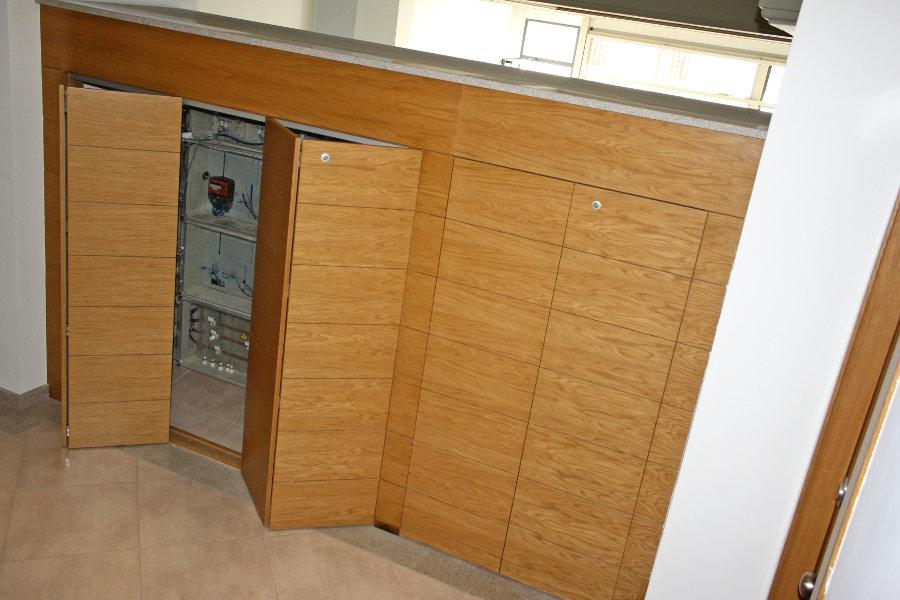 Cerramiento de cuartos de contadores. Puertas de roble plegables dos a dos