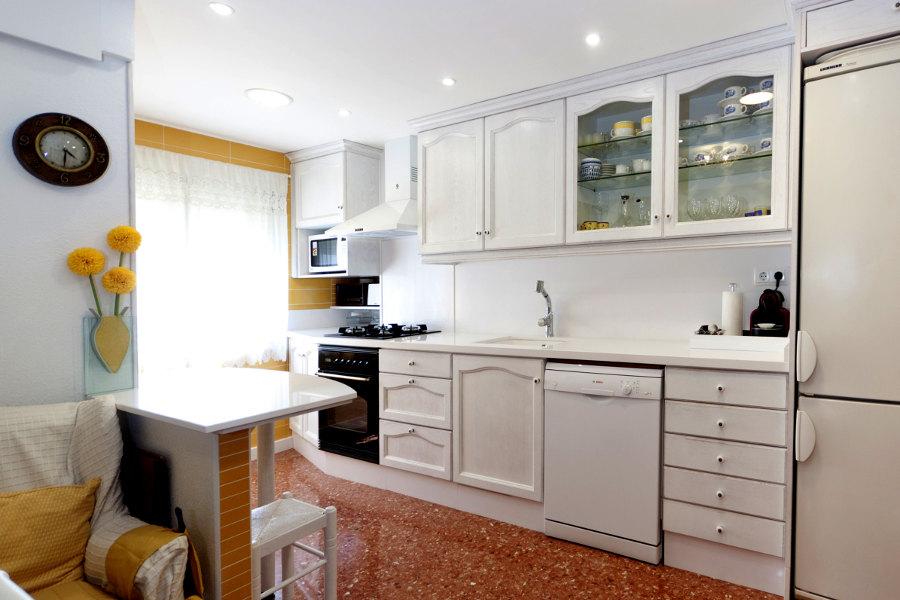 Cocina con puertas de roble provenzal lacado a poro abierto