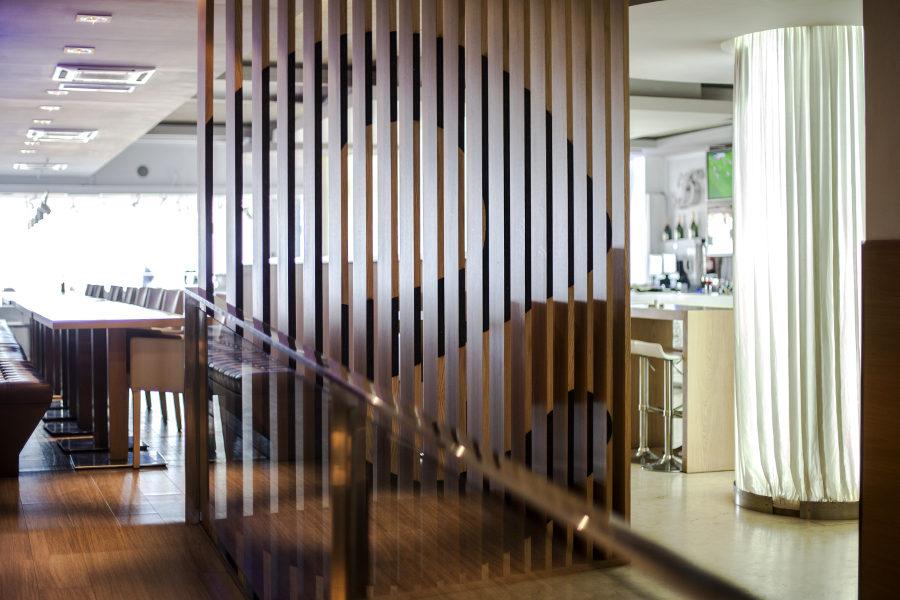 Restaurante destino 56 mudeyba - Separador de madera ...