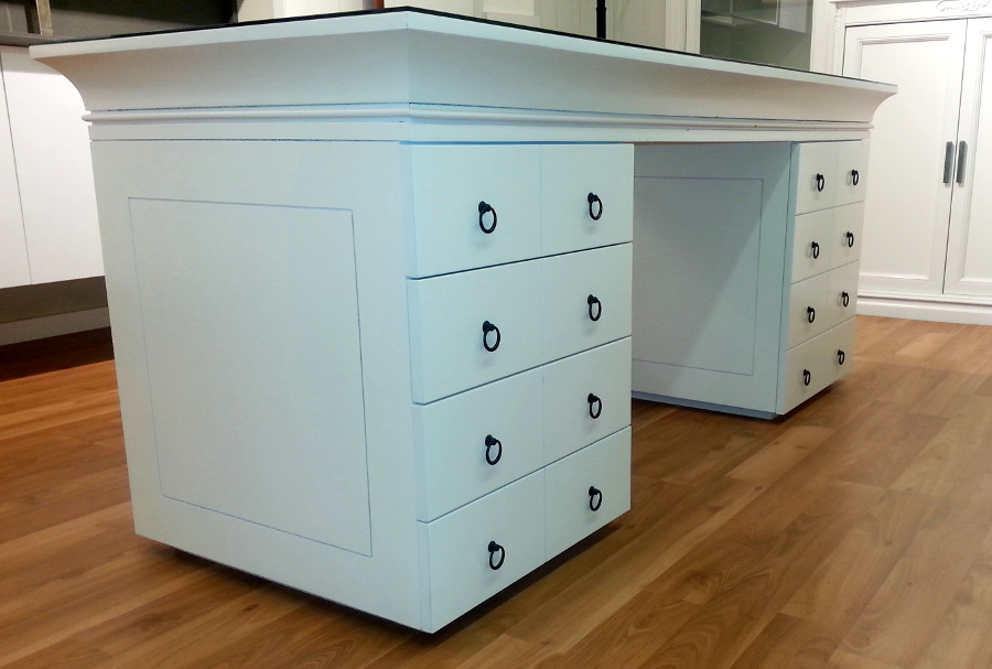 Mesa de escritorio lacada en blanca con encimera de cristal