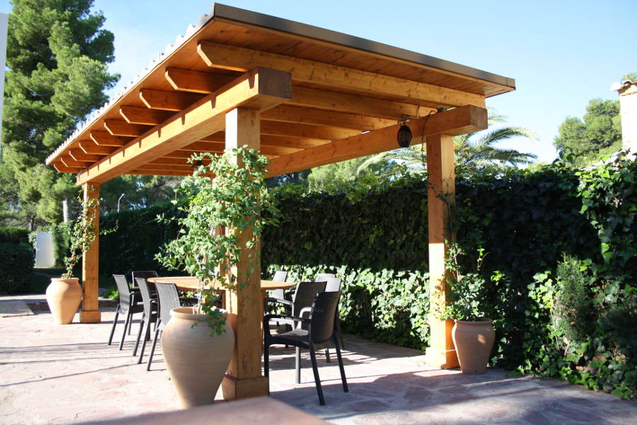 Pergola para exterior de madera de pino nordico laminada y tratada.