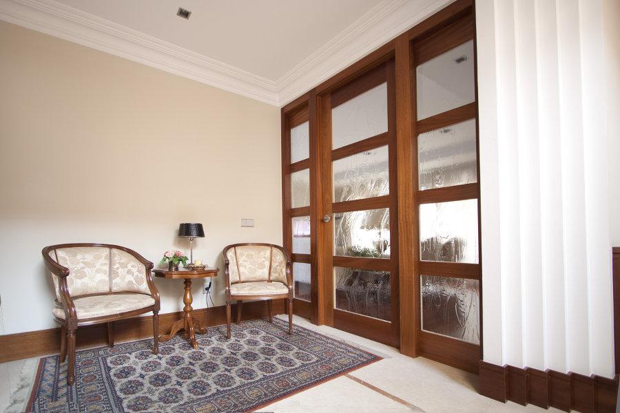 Puerta de madera de Tali.Por cara interior lacada en blanco